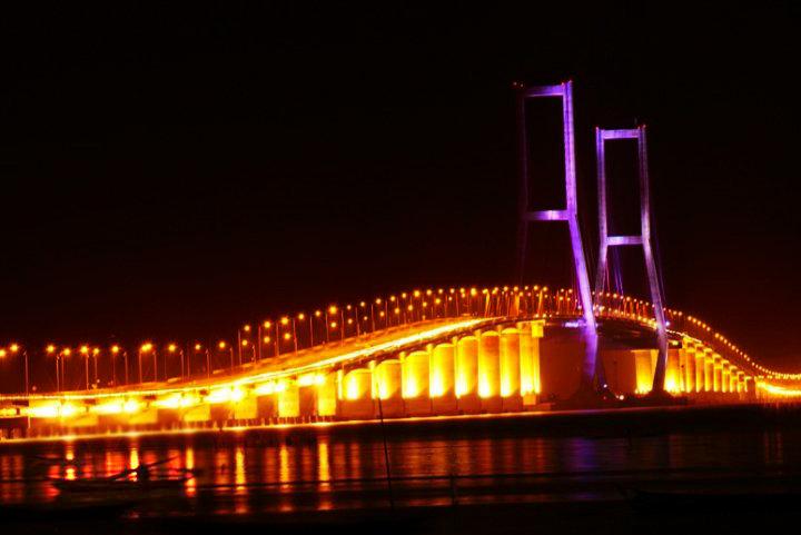 gambar jembatan suramadu